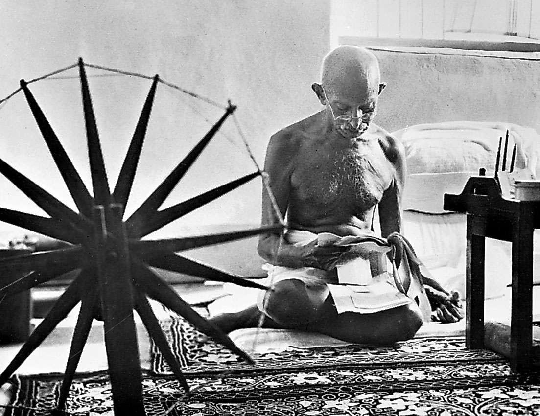 甘地从1921年开始在公共场合保持削发,上身裸露的装束。
